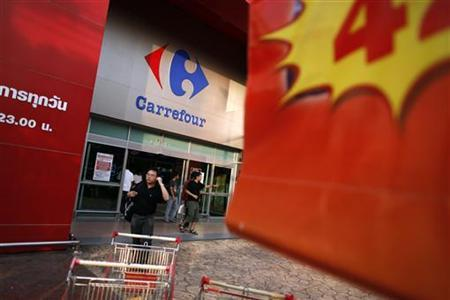 Shoppers leave a Carrefour supermarket in central Bangkok January 22, 2011. REUTERS/Damir Sagolj