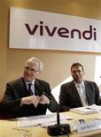 <p>Presidente-executivo da Vivendi, Jean-Bernard Levy (esquerda), e presidente-executivo da GVT, Amos Genish (direita), falam em coletiva de imprensa sobre resultados anuais, em Paris, na França. 01/03/2011 REUTERS/Jacky Naegelen</p>