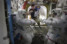 <p>Los astronautas Steve Bowen, Michael Barratt y Alvin Drew en la Estación Espacial Internacional mientras se preparan para su primera caminata espacial de su misión. feb 28 2011. Astronautas a bordo de la Estación Espacial Internacional colocaron en su lugar el martes la última pieza de la parte estadounidense del puesto en órbita, completando un trabajo de construcción que comenzó hace más de 12 años. REUTERS/Cortesía NASA</p>