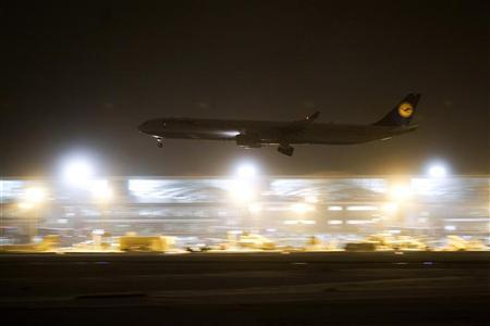A Lufthansa airplane lands at Frankfurt Airport December 9, 2010. REUTERS/Alex Domanski (GERMANY - Tags: TRANSPORT ENVIRONMENT BUSINESS)