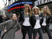 <p>Девушка фотографируется с моделями Victoria's Secret в Нью-Йорке 18 ноября 2009 года. В ходе обзорного изучения более 160 исследований о связи позитивного отношения к жизни со здоровьем и долголетием человека выяснилось, что счастливые люди живут лучше и дольше, сообщают ученые. REUTERS/Brendan McDermid</p>