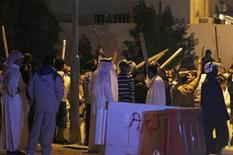 <p>Люди выгрикивают лозунги во время столкновения суннитов и шиитов в Бахрейне, 3 марта 2011 года. Первые открытые столкновения суннитов и шиитов в Бахрейне произошли в городе Мадина-Хамад в центре страны после двух недель массовых антиправительственных выступлений в королевстве, где сунниты находятся у власти. REUTERS/Hamad I Mohammed</p>