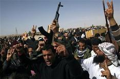 <p>Сторонники ливийской оппозиции во время похорон людей, погибших в ходе столкновений с правительством, в Адждабии 3 марта 2011 года. Руководитель ливийской оппозиции призвал в пятницу противников Муаммара Каддафи биться до победного конца. REUTERS/Asmaa Waguih</p>
