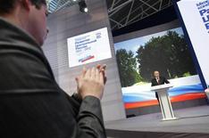 <p>Премьер-министр РФ Владимир Путин выступает в Брянске, 4 марта 2011 года. Премьер Владимир Путин пообещал бюджетникам внеплановое повышение зарплат в сентябре - в разгар кампании к декабрьским выборам Госдумы. REUTERS/Alexsey Druginyn/RIA Novosti/Pool</p>