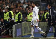 """<p>Игрок """"Реала"""" Криштиану Роналду уходит с поля во время матча против """"Малаги"""" в Мадриде 3 марта 2011 года. Атакующий полузащитник мадридского """"Реала"""" Криштиану Роналду не сможет выйти на поле в ближайшие 10-15 дней из-за травмы мышц ноги, полученной в матче против """"Малаги"""", в котором футболист отметился хет-триком, говорится в сообщении на сайте """"галактикос"""" (www.realmadrid.com). REUTERS/Sergio Perez</p>"""