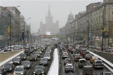 <p>Пробка в Москве 29 декабря 2009 года. Столичный мэр пообещал президенту Дмитрию Медведеву обеспечить москвичей кондиционерами в вагонах метро и новыми автобусами, подтвердив ставку на общественный транспорт в $7-миллиардном плане избавления Москвы от пробок. REUTERS/Sergei Karpukhin</p>