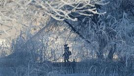<p>Женщина идет по улице в Москве, 2 марта 2011 года. В праздничные дни Москву ждет небольшое похолодание и снегопады, ожидают синоптики. REUTERS/Nikolay Korchekov</p>