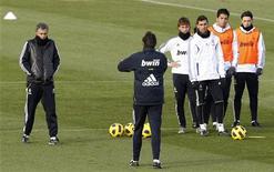 """<p>Игроки """"Реала"""" на тернировке недалеко от Мадрида 1 декабря 2010 года. Лидеры испанского первенства и вечные противники, """"Барселона"""" и """"Реал"""", готовятся к матчам 27-го тура испанского чемпионата без знаковых для них фигур - главного тренера и лучшего бомбардира соответственно. REUTERS/Andrea Comas</p>"""