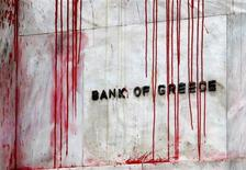 <p>A branch of the Bank of Greece is seen stained with red paint thrown by demonstrators during a protest in central Athens, December 6, 2010. REUTERS/Yannis Behrakis</p>