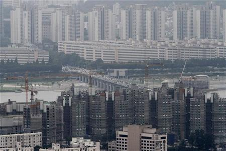 Apartment buildings and houses are seen in Seoul August 26, 2010. REUTERS/Truth Leem