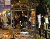 <p>Полиция изучает место взрыва у автобусной остановки в Москве 24 августа 2004 года. Никто не пострадал от срабатывания неустановленного взрывного устройства, заложенного на остановке транспорта неподалеку от столичной Академии ФСБ, сообщили представители правоохранительных органов. REUTERS/Viktor Korotayev</p>