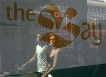 <p>Pedestrians walk past a Hudson's Bay store in downtown Ottawa July 16, 2008. REUTERS/Chris Wattie</p>