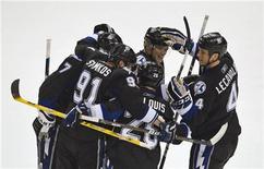 """<p>Игроки """"Тампы Бэй"""" радуются заброшенной шайбе во время матча в Тампе 7 марта 2011 года. """"Тама Бэй"""" прервала череду из четырех поражений подряд, обыграв со счетом 4-3 """"Чикаго"""" по буллитам в матче регулярного чемпионата Национальной хоккейной лиги (НХЛ) в среду. REUTERS/Steve Nesius</p>"""