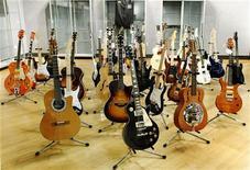 <p>Guitarras do roqueiro Eric Clapton dispostas na casa de leilões Bonhams antes do leilão promovido na quarta-feira, dia 9 em Nova York. O músico britânico levantou 2,15 milhões de dólares no leilão de 75 guitarras e 55 amplificadores. 04/03/2011 REUTERS/Brendan McDermid</p>
