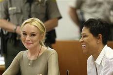<p>A atriz Lindsay Lohan (esquerda) com sua advogada Shawn Chapman Holley (direita) em tribunal de Los Angeles. REUTERS/David McNew/Pool</p>
