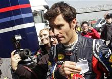 <p>O piloto Mark Webber, da Red Bull, dá autógrafo durante treinamento no circuito da Catalunha, em Montmelo, Espanha. 10/03/2011 REUTERS/Albert Gea</p>