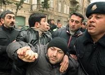 <p>Полиция задерживает оппозиционера во время протестов в Баку 11 марта 2011 года. Полиция задержала как минимум 15 участников акции протеста в Баку, собравшихся в пятницу в центре столицы Азербайджана после призывов выйти на улицы, опубликованных в социальных сетях Facebook и Twitter. REUTERS/Abbas Atilay</p>