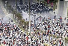 <p>Столкновение антиправительственных демонстрантов с полицией в Манаме 13 марта 2011 года. Власти Бахрейна обратились за военной помощью к своим соседям по Персидскому заливу после столкновений антиправительственных демонстрантов с полицией в минувшие выходные. REUTERS/Hamad I Mohammed</p>