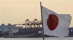 <p>Флаг Японии в порту в Токио 15 декабря 2010 года. Восстановление и без того недостаточно стабильной японской экономики может затянуться на более длительный срок после тройного удара стихии на прошлой неделе. REUTERS/Kim Kyung-Hoon</p>