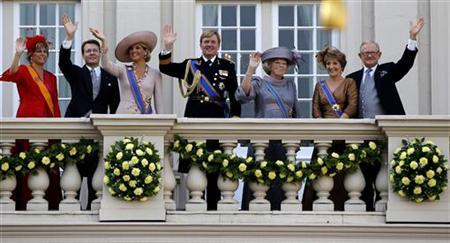 Netherlands' Princess Laurentien (L-R), Prince Constantijn, Crown Princess Maxima, Crown Prince Willem-Alexander, Queen Beatrix, Princess Margriet and her husband Pieter van Vollenhoven wave to well-wishers from the balcony of the Royal Noordeinde Palace after the opening of the new parliamentary year in The Hague September 21, 2010. REUTERS/Jerry Lampen