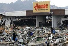 <p>Выжившие люди ищут еду около разрушенного землетрясением и цунами супермаркета в городе Оцути, 15 марта 2011 года. Мощнейшее землетрясение произошло на северо-востоке Японии в прошлую пятницу, вызвав цунами. В результате удара стихии погибли тысячи человек, толчки повредили ряд атомных электростанций. Власти страны отчаянно пытаются не допустить ядерной катастрофы. REUTERS/Aly Song</p>