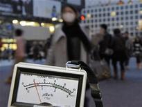 <p>Un dosímetro para medir radiación en Shibuya, Tokio. mar 15 2011. Internet tenía el martes un mensaje sobrecogedor para el mundo desde Japón: estamos aterrorizados ante la crisis nuclear y desesperados por salir. REUTERS/Kyodo</p>