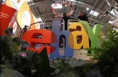<p>Foto de archivo del logo de la firma Ebay en la feria tecnológica CeBIT en Hanover, Alemania, mar 2 2011. EBay ha anunciado que a partir del mes que viene permitirá a los vendedores que usen su sitio de internet de subastas ofrecer hasta 50 objetos al mes sin pagar una cuota por remate, en un intento por atraer más negocio a su madura división de mercado. REUTERS/Tobias Schwarz</p>