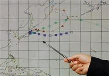 <p>Метеоролог показывает прогноз погоды близ Японии на пресс-конференции в Гонконге, 15 марта 2011 года. Ветер, дующий в направлении Токио со стороны Тихого океана и несущий зараженные радиацией воздушные потоки в столицу Японии, изменит свое направление в ближайшее время. REUTERS/Bobby Yip</p>