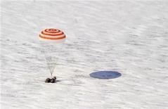"""<p>Космический корабль """"Союз"""" приземлился близ Аркалыка (Казахстан), 16 марта 2011 года. Российский космический корабль """"Союз"""" с экипажем из трех космонавтов произвел успешную посадку в Казахстане в среду, сообщил Центр управления полетами. REUTERS/Dmitry Kostyukov/Pool</p>"""