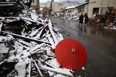 <p>Красный зонтик лежит на обломках обрушевшегося дома в городе Камаиси, 16 марта 2011 года. Борьба Японии с усиливающимся ядерным кризисом отвлекает правительство от другой не менее важной задачи - разработки экстренного бюджета для восстановления страны от ущерба, причиненного мощнейшим землетрясением и цунами. REUTERS/Damir Sagolj</p>