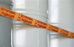 """<p>Бочки с урановым концентратом на месторождении Инкай на юге Казахстана 5 июня 2010 года. Ядерный кризис в Японии не повлиял на решимость Казахстана, одного из крупнейших в мире производителей урана, строить у себя АЭС, сказал вице-министр индустрии и новых технологий Дуйсенбай Турганов, добавив, что на стороне местных атомщиков - """"сам Аллах"""". REUTERS/Shamil Zhumatov</p>"""