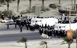 <p>Полицейские подходят к Жемчужной площади для разгона демонстрантов в Манаме 16 марта 2011 года. Силы безопасности Бахрейна в среду применили вертолеты и слезоточивый газ, выгнав сотни демонстрантов из их лагеря в столице страны. REUTERS/Hamad I Mohammed</p>