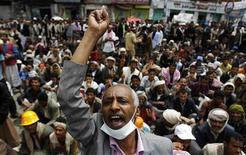 <p>Антиправительственные демонстранты в Сане 16 марта 2011 года. Более 100 человек в среду получили ранения в результате столкновения сил безопасности и демонстрантов в Йемене, сообщили врач местной больницы и очевидцы событий. REUTERS/Khaled Abdullah</p>