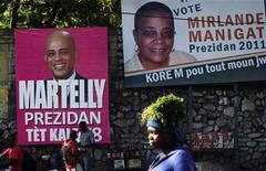 <p>Mulher passa em frente a pôsteres com propagandas dos candidatos à presidência do Haiti Michel Martelly e Mirlande Manigat, em Porto Príncipe. 16/03/2011 REUTERS/Eduardo Munoz</p>