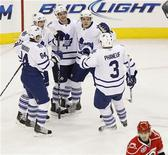 """<p>Игроки """"Торонто"""" празднуют шайбу, заброшенную в ворота """"Каролины"""", в Роли 16 марта 2011 года. """"Торонто"""" оказался сильнее """"Каролины"""" в матче регулярного чемпионата Национальной хоккейной лиги (НХЛ) в среду, превзойдя соперника со счетом 3-1. REUTERS/Ellen Ozier</p>"""