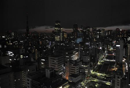 Lights are turned off to save energy before rolling blackouts in Tokyo, March 17, 2011. REUTERS/Kyodo