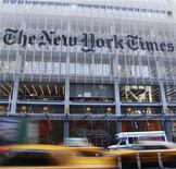 <p>Foto de archivo de la entrada del edificio diario New York Times en Nuava York, nov 29 2010. El diario New York Times empezará a cobrar por el acceso a parte de su contenido en internet, en otro paso para conseguir que los lectores paguen por las noticias digitales. REUTERS/Shannon Stapleton</p>