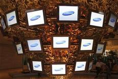 <p>Foto de archivo de una serie de pantallas de la firma Samsung Electronics en la casa matriz de la compañía en Seúl, abr 25 2008. Samsung Mobile Display dijo el viernes que colocaría nuevas acciones, valoradas en 3,4 billones de wones (unos 3.000 millones de dólares), a sus accionistas Samsung Electronics y Samsung SDI para impulsar la producción de pantallas para los móviles de próxima generación. REUTERS/Lee Jae-Won</p>