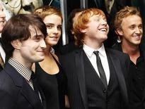"""<p>Foto de archivo de parte del elenco principal de la cinta """"Harry Potter y las Reliquias de la Muerte"""" en Nueva York, nov 15 2010. El estudio Warner Bros lanzó un avance donde aparece una """"primera mirada detrás de las escenas"""" de la segunda parte de """"Harry Potter y las Reliquias de la Muerte"""", la última película de la exitosa franquicia. REUTERS/Shannon Stapleton</p>"""