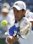 <p>O sérvio Novak Djokovic devolve a bola para o francês Richard Gasquet durante partida do torneio Indian Wells ATP em Indian Wells, Califórnia. 18/03/2011 REUTERS/Danny Moloshok</p>