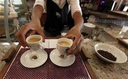 <p>A waitress serves coffee to customers at a coffee bar in Sao Paulo February 8, 2011. REUTERS/Nacho Doce</p>