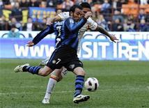 """<p>Игрок """"Интера"""" Джампаоло Паццини забивает мяч в ворота """"Лечче"""" в Милане 20 марта 2011 года. """"Интер"""" сократил отставание от """"Милана"""" до двух очков в преддверии очного поединка двух команд на следующей неделе. REUTERS/Imagesport</p>"""