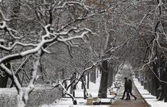 <p>Молодые люди идут по парку в Москве 21 ноября 2010 года. Незначительное похолодание ждет Москву к концу рабочей недели, ожидают синоптики. REUTERS/Sergei Karpukhin</p>