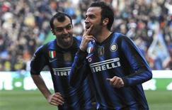 <p>Giampaolo Pazzini (à dir.) e Goran Pandev, da Inter de Milão, comemoram gol contra o Lecce durante partida pelo Campeonato Italiano em Milão. 20/03/2011 REUTERS/Imagesport</p>