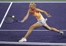 <p>Мария Шарапова отбивает удар Каролин Возняцки в полуфинале турнира в Индиан-Уэллсе, штат Калифорния, 18 марта 2011 года. Россиянка Мария Шарапова благодаря серии побед на турнире в американском Индиан-Уэллсе поднялась на пять строчек в рейтинге сильнейших теннисисток планеты WTA и сейчас располагается на 13-й строчке, свидетельствует обновленная версия списка. REUTERS/Danny Moloshok</p>