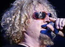 """<p>Ex-vocalista da banda Van Halen Sammy Hagar em show durante o 43o Festival de Jazz de Montreux em 2009. Em uma entrevista para seu novo livro, """"Red: My Uncensored Life in Rock"""", Hagar disse que foi abduzido por alienígenas. Em seu livro e na entrevista à Hive, da MTV, Hagar conta as histórias de sexo e drogas durante esses anos, e ainda conta algumas coisas não muito legais sobre o outro vocalista do Van Halen, David Lee Roth, que Hagar substituiu em 1985. 5/07/2009 REUTERS/Denis Balibouse</p>"""