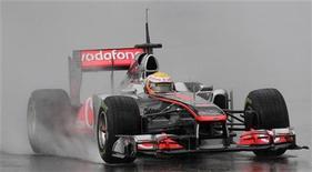 <p>Lewis Hamilton da McLaren durante sessão de treino com chuva no circuito de Catalunha em Montemelo, na Espanha. A McLaren repensou seu carro para o Grande Prêmio da Austrália que abre a temporada da Fórmula 1 no domingo. 12/03/2011 REUTERS/Albert Gea</p>