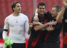 <p>Rene Adler (esq), Michael Ballack e Michal Kadlec (dir) do Bayer Leverkusen comemoram vitória contra o Schalke 04 em jogo do Campeonato Alemão, em Leverkusen. 20/03/2011 REUTERS/Ina Fassbender</p>