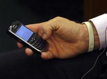 <p>Мужчина держит смартфон в Будапеште, 27 января 2009 года. Opera Software представила новые версии своих интернет-браузеров для телефонов и мобильных устройств, делая ставку на планшетные ПК и социальные сети. REUTERS/Karoly Arvai</p>