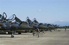 """<p>Самолеты французских ВВС Mirage 2000 на авиабазе в Солензаре перед выполнением миссии в Ливии 21 марта 2011 года. Китай во вторник присоединился к критикам санкционированной ООН военной операции Запада против войск ливийского лидера Муаммара Каддафи, заявив, что она чревата """"гуманитарной катастрофой"""". REUTERS/ECPAD/SIRPA AIR/Anthony Jeuland</p>"""